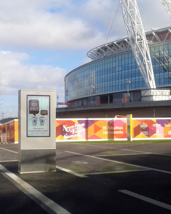 Photo showing digital totem sign at the London Designer Outlet in Wembley Park